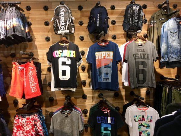 SuperDryのTシャツたち。みんな日本から来てると勘違いしてる